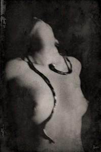 La jeune femme et le serpent Xochik Portrait femme noir et blanc Christina Alonso Photographies ©